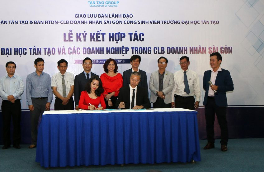 The signing ceremony of cooperation between Tan Tao University and enterprises in Saigon Entrepreneurs Club
